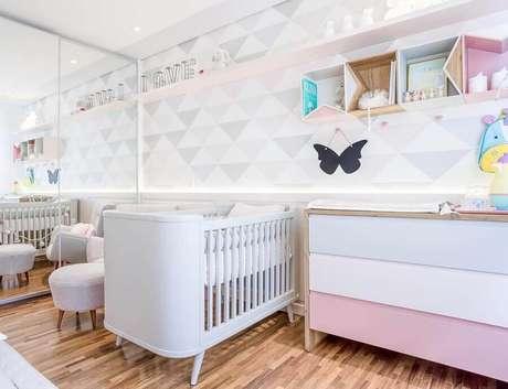 31. Guarda roupa espelhado para decoração de quarto de bebê branco e rosa com papel de parede geométrico – Foto: Assetproject