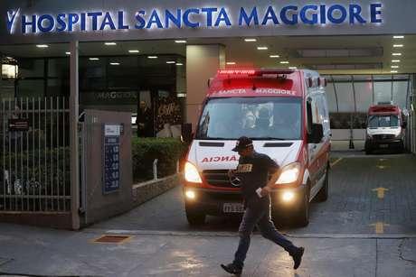 Homem passa em frente de ambulância em hospital em São Paulo