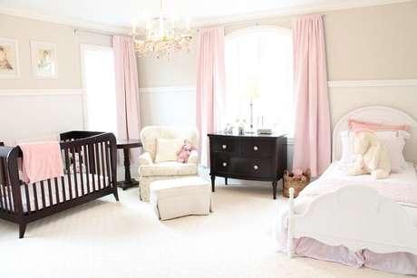 32. Móveis de madeira escura para decoração de quarto de bebê rosa e branco – Foto: Decoratorist