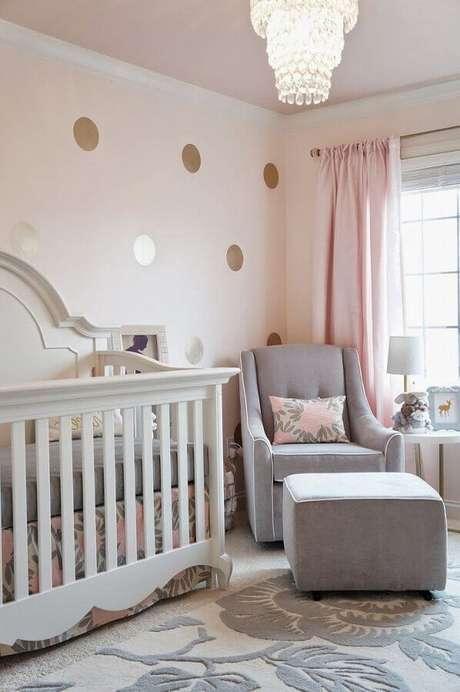 34. Papel de parede com bolinhas douradas para decoração de quarto de bebê rosa e cinza – Foto: House and Decors