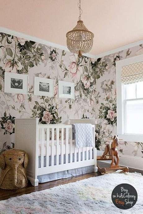 36. Papel de parede com flores grandes para decoração de quarto de bebê rosa e branco – Foto: Etsy