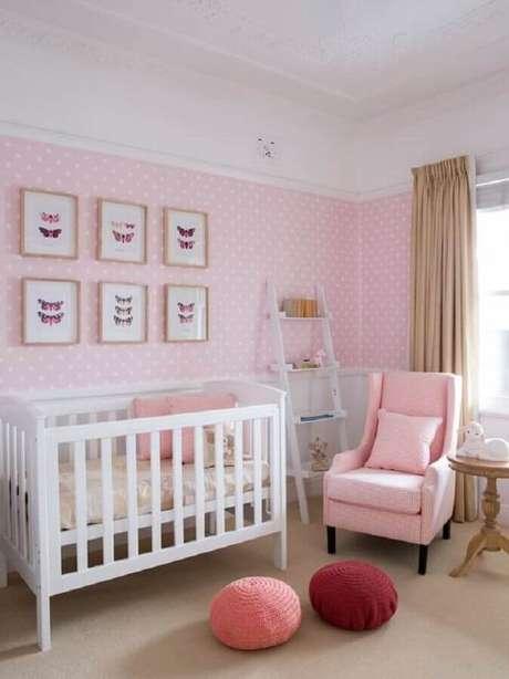 37. Papel de parede de bolinhas brancas e puff redondo de crochê para decoração de quarto de bebê rosa e branco – Foto: Assetproject