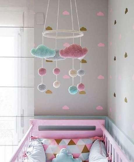 38. Papel de parede de nuvens para decoração de quarto de bebê cinza e rosa – Foto: Construção e Design