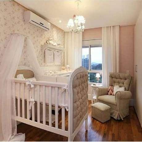 39. O papel de parede floral é um dos mais usados para a decoração de quarto de bebê rosa – Foto: Pinterest