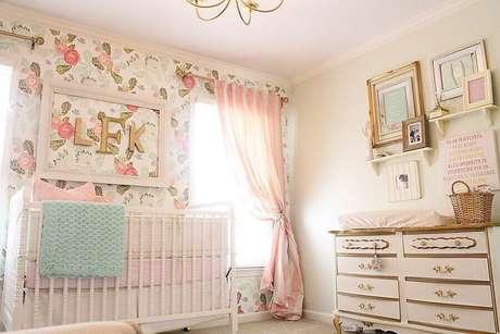 40. Decoração romântica com estilo provençal para quarto de bebê rosa com papel de parede floral – Foto: Yandex