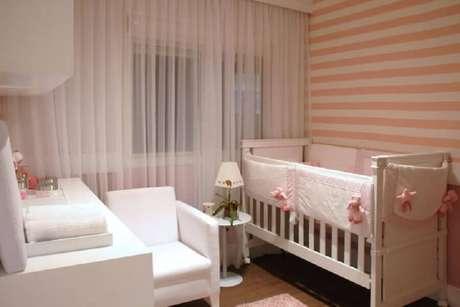 41. Papel de parede listrado para decoração de quarto de bebê rosa e branco – Foto: Marel