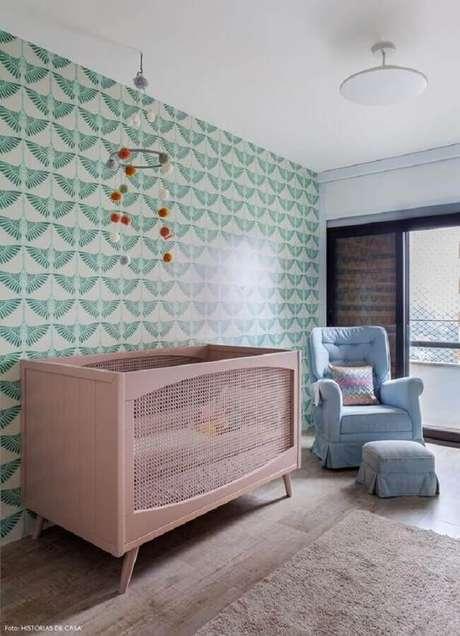 42. Papel de parede para decoração de quarto de bebê verde e rosa com poltrona azul – Foto: Histórias de Casa