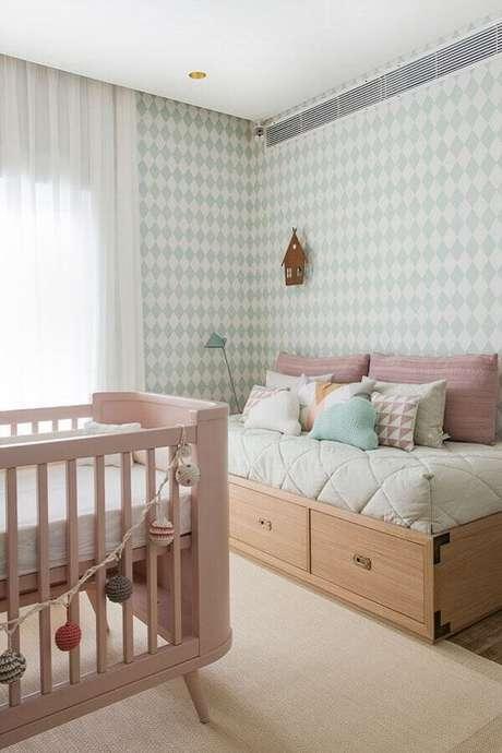 5. Os tons pastéis no quarto de bebê verde e rosa ajuda na sensação de acolhimento – Foto: Casar É…
