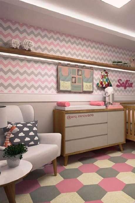 45. Quarto de bebê cinza e rosa decorado com papel de parede chevron e tapete geométrico – Foto: Papel Decor