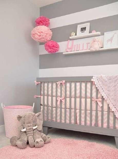 46. Quarto de bebê cinza e rosa decorado com papel de parede listrado – Foto: Ultimas Decoração