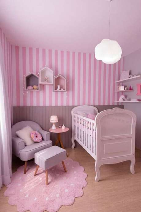 1. Quarto de bebê rosa decorado com papel de parede listrado e luminária de nuvem – Foto: Papel Decor