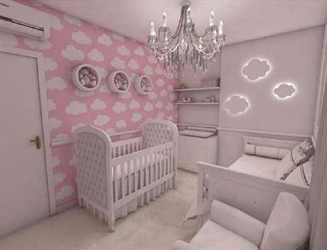 48. Quarto de bebê rosa decorado com papel de parede de nuvens e lustre candelabro – Foto: Pinterest