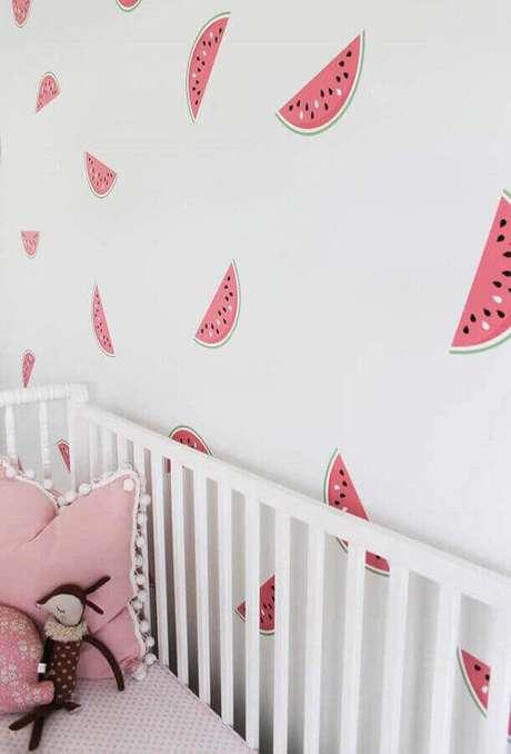 50. Quarto de bebê branco e rosa decorado com papel de parede com desenho de melancias – Foto: Frenchy Fancy