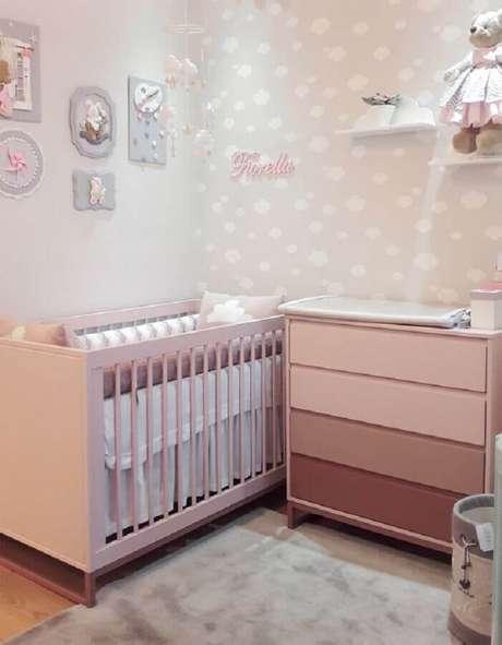 51. Quarto de bebê rosa e branco decorado com papel de parede de nuvens – Foto: Puro Amor