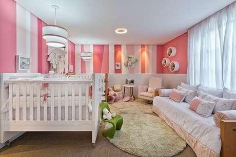 52. Quarto de bebê rosa e branco decorado com papel de parede listrado e nichos redondos – Foto: Webcomunica