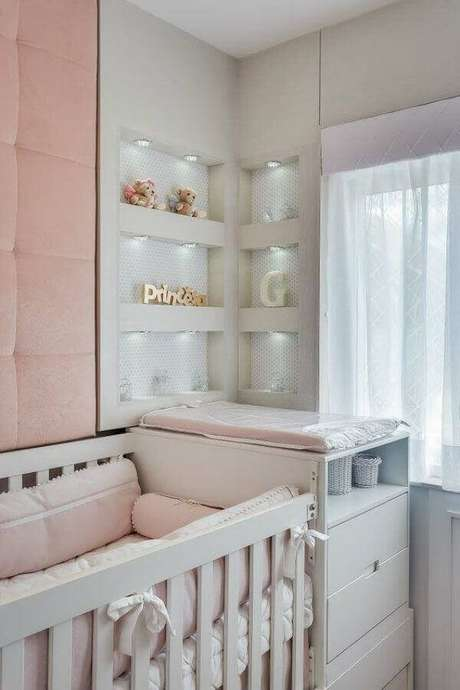 49. Quarto de bebê rosa e branco decorado com iluminação em nichos embutidos – Foto: Pinterest