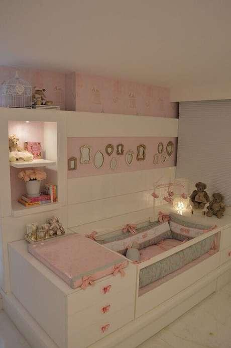 54. Quarto de bebê rosa e branco decorado com iluminação em nichos – Foto: Quatro Estações