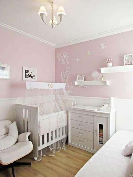 55. Quarto de bebê rosa e branco decorado com prateleiras e adesivos na parede – Foto: Webcomunica