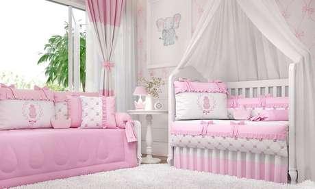 58. Decoração de quarto de bebê rosa e branco com berço com dossel – Foto: Grão de Gente
