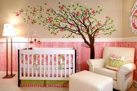57. Adesivo de árvore para decoração de quarto de bebê verde e rosa – Foto: Revista VD