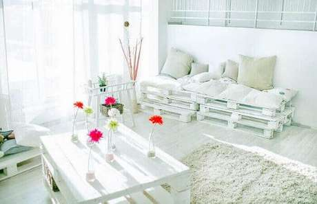 10. Sala de estar clean com sofá de palete branco – Via: Pinterest