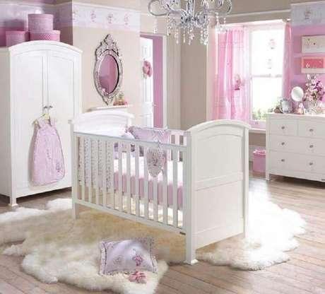 59. Tapete felpudo para decoração de quarto de bebê rosa e branco – Foto: Pinterest