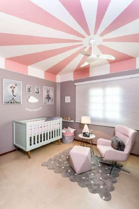 60. O teto com pintura personalizada deu um toque diferenciado na decoração do quarto de bebê cinza e rosa – Foto: CoDecorar