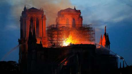 Incêndio acidental consumiu parte relevante do teto e do interior da catedral gótica de quase 900 anos