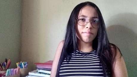 A estudante Érica Senna, de 18 anos, não tem internet em casa no sítio onde vive, no interior de Pernambuco