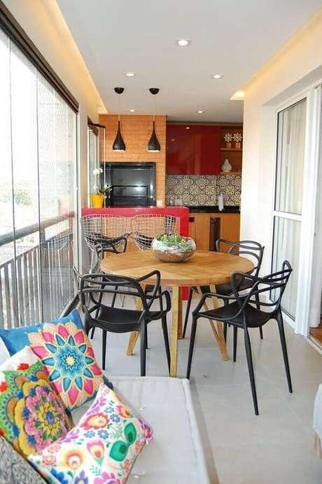 9. Decoração de apartamento com área gourmet simples e pequena decorada com bancada vermelha e mesa de madeira redonda – Foto: Big Interior Design Blog