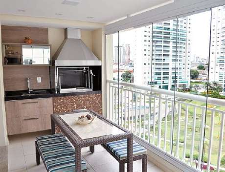 8 Decoração de apartamento com área gourmet pequena e simples com churrasqueira – Foto: Esquadrias Maximo