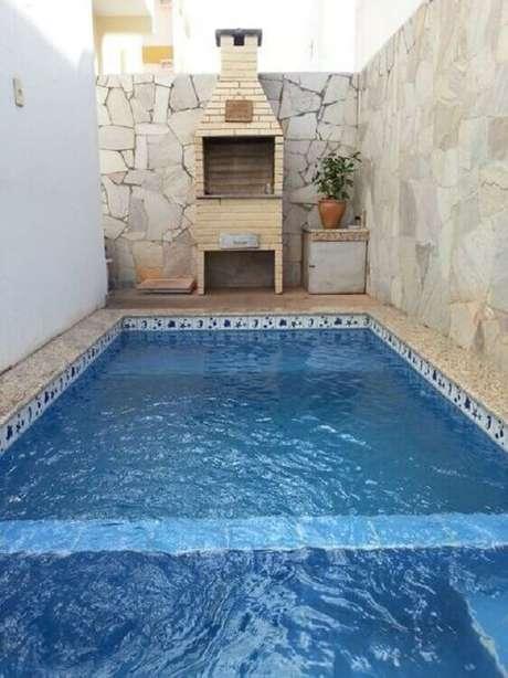 13. Se tiver espaço, invista em uma piscina para a sua área gourmet externa simples – Foto: Eu Amo Decoração