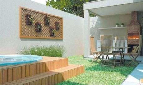 1. Decoração de área gourmet externa simples com piscina e pequeno jardim – Foto: Decoração e Arte