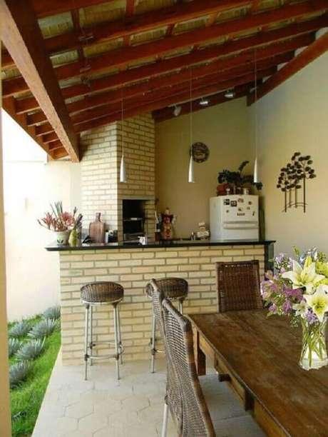 15. Área gourmet externa simples e rústica com churrasqueira e bancada para refeições – Foto: Decoração e Projetos