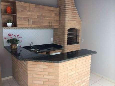 21. Área gourmet rústica simples e pequena com churrasqueira de tijolinho à vista – Foto: Pinterest