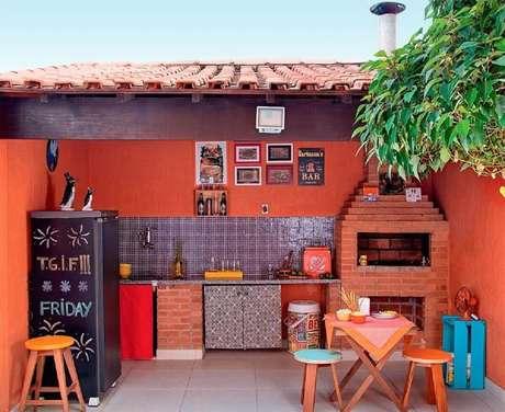 26. Invista em detalhes coloridos para a decoração da sua área gourmet simples com churrasqueira – Foto: Otimizi