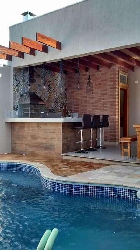 28. Área gourmet simples com churrasqueira de vidro e piscina – Foto: Larissa Carbone Arquitetura
