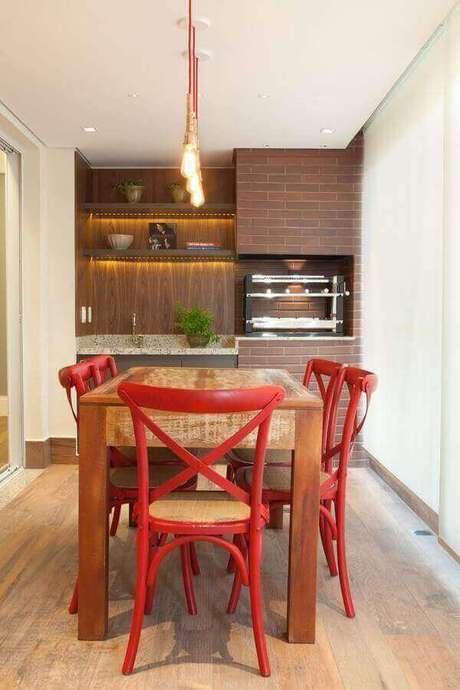 3. Invista em um base em cores claras para a decoração da área gourmet pequena e simples – Foto: Liliana Zenaro
