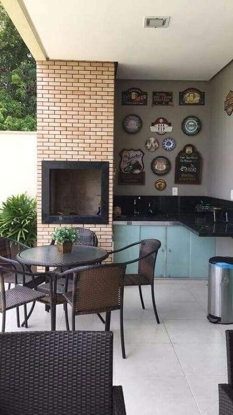 24. Área gourmet simples com churrasqueira e mesa redonda – Foto: