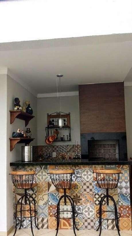 31. O ladrilho hidráulico é muito usado na decoração de área gourmet rústica simples – Foto: Decoração e Projetos