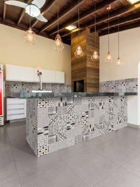 32. Área gourmet simples decorada com pendentes aramados e revestimento preto, branco e cinza – Foto: Pinterest