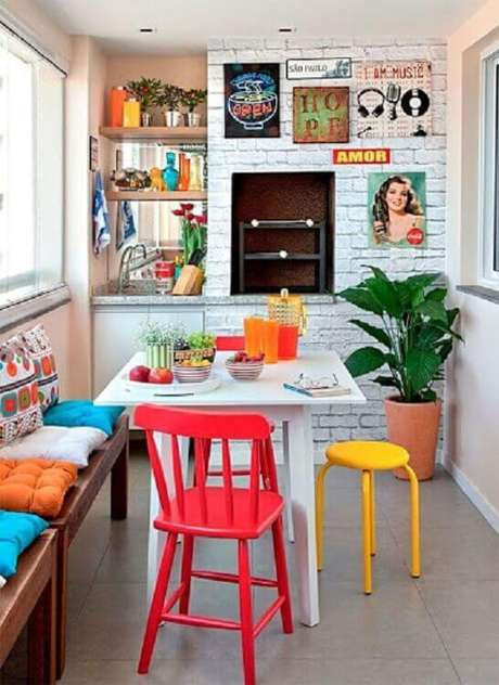 37. Quadrinhos decorativos para decoração de apartamento com área gourmet pequena e simples – Foto: Fashionismo