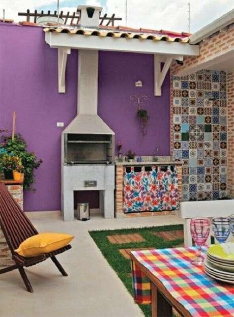 38. Revestimento colorido para decoração de área gourmet simples com churrasqueira – Foto: Larissa Carbone Arquitetura