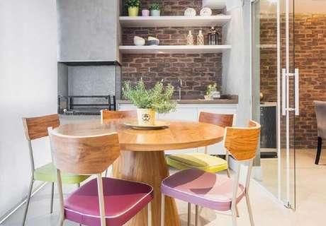 39. Decoração com cimento queimado e mesa redonda de madeira para apartamento com área gourmet simples e pequena – Foto: Pinterest