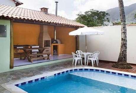 5. Para um espaço de lazer ainda mais completo invista em uma área gourmet externa com piscina e churrasqueira – Foto: Sua Decoração