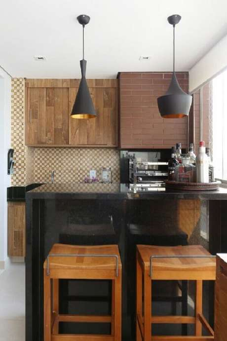 45. Decoração em preto e marrom para área gourmet pequena e simples – Foto: Bianchi & Lima Arquitetura