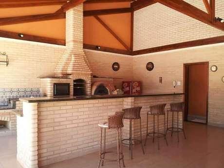 47. Decoração rústica para área gourmet externa simples com churrasqueira de alvenaria – Foto: Pinterest