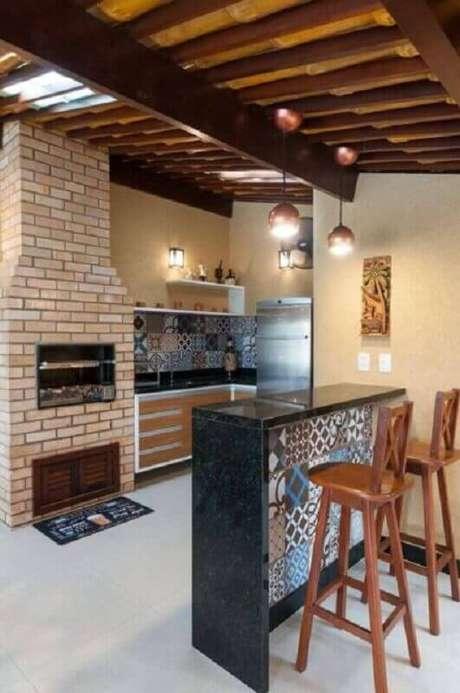 48. Ladrilho hidráulico para decoração de área gourmet simples com churrasqueira de tijolinho – Foto: Bernal Projetos