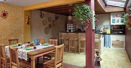 49. Mesa de madeira para decoração de área gourmet rústica simples – Foto: Otimizi