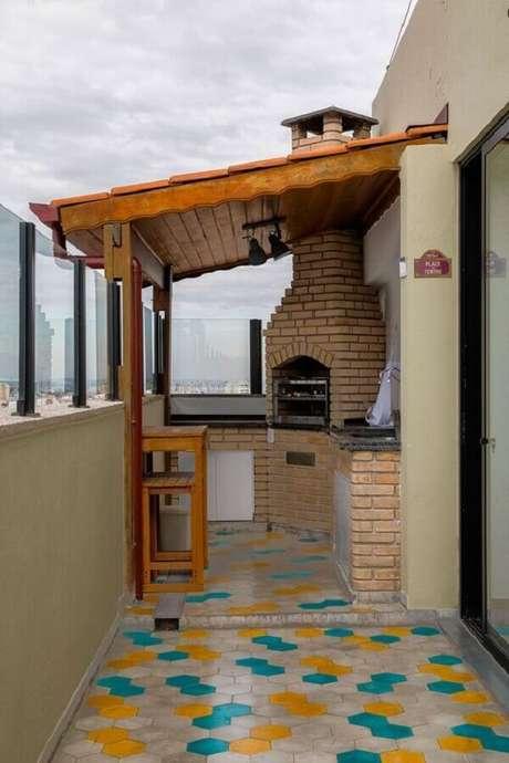 51. Piso colorido para decoração de área gourmet pequena e simples com churrasqueira de alvenaria – Foto: Casa de Valentina